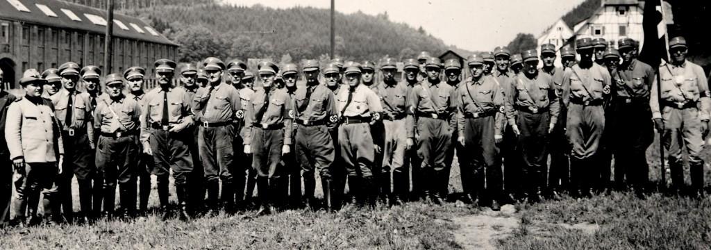 Erwin Knödler, erster von links vor der Schokoladenfabrik, ca. 1936