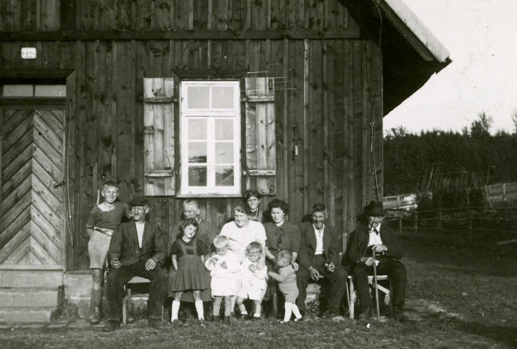 ca. 1941. Besucher auf der Jungviehweide v.l. Helmut Katzmaier, Friedrich und Margarete Katzmaier, Verwandte und Familie Hermann Bühler