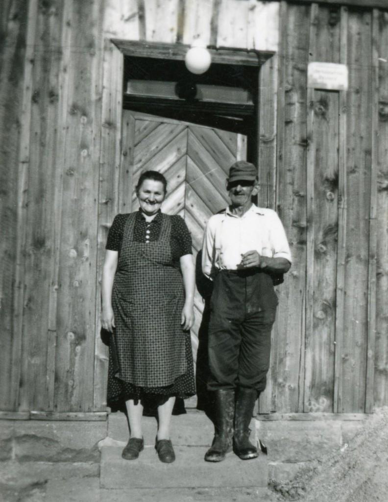 ca. 1955. Gustav und Gertrude Bodammer auf der Jungviehweide