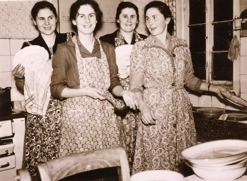 1959. Die Küche war damals fest in Frauenhand, die vier Töchter des Ehepaars (das fünfte Kind, Heinz Bodammer fehlt). von links nach rechts: Ruth Katzmaier, Helga Bodammer, (später Necker) Gerda Monninger und Christel Bippus