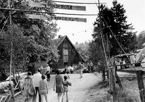 Mai1971, 1. Ponderosa-Fest auf der Jungviehweide, veranstaltet durch den Hallenbadförderverein. Der vordere Teil des Gebäude brannte 1973 ab.